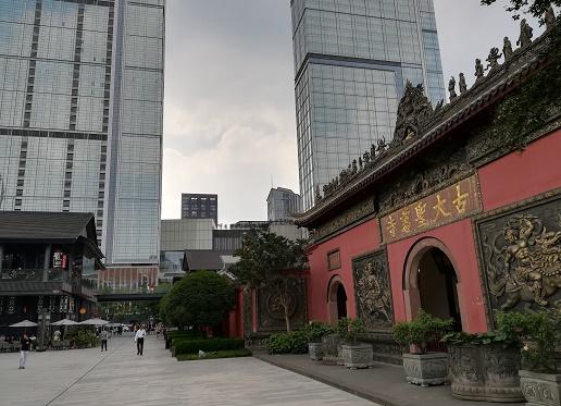 de ingang van Daci tempel Chengdu in Taikoo li