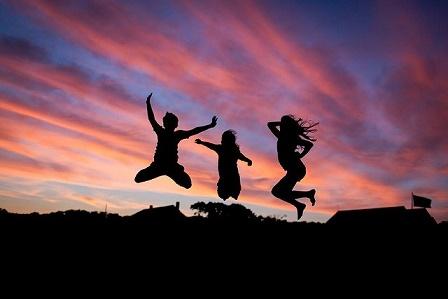 mensen springen in de lucht